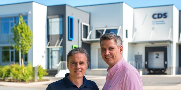 Paul Koch und Sven Bent, Geschäftsführer der CDS Unternehmensgruppe vor dem Erweiterungsbau in Lage (Lippe), © CDS Service GmbH 2018